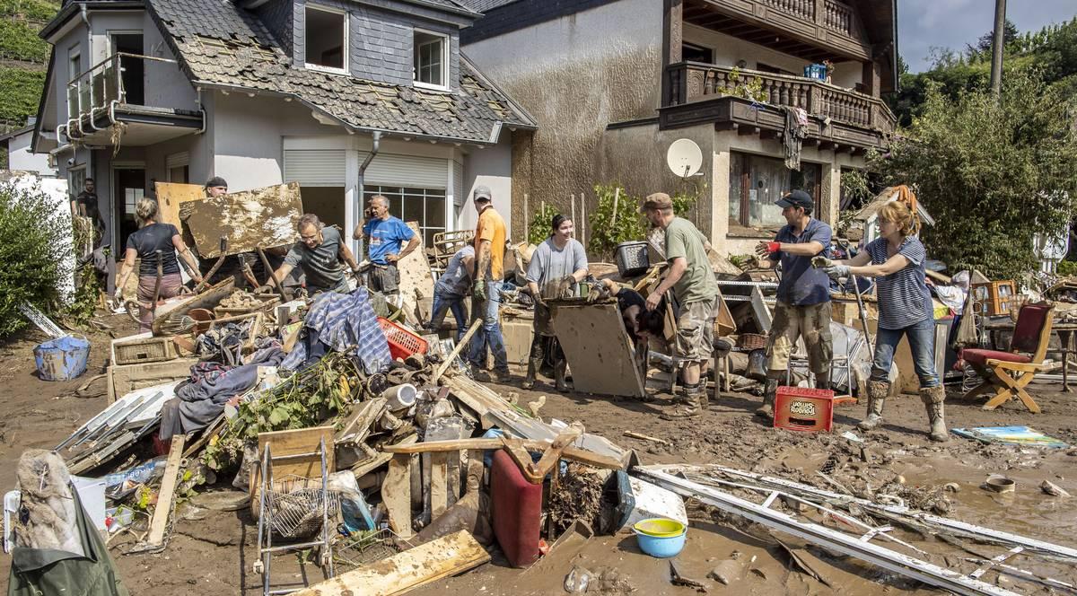 dort halfen Nachbarn beim rausschaffen der Harbseeligkeiten.